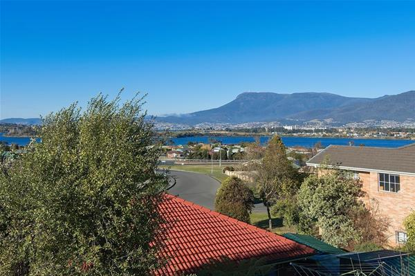 2/8 Clives Avenue Old Beach TAS